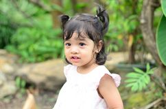Retrato da menina da criança da filha do bebê no festival da flor de Banguecoque Tailândia Ásia do parque do rei Rama IX imagens de stock royalty free