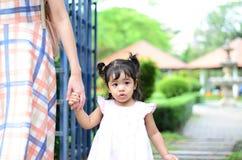 Retrato da menina da criança da filha do bebê no festival da flor de Banguecoque Tailândia Ásia do parque do rei Rama IX imagem de stock