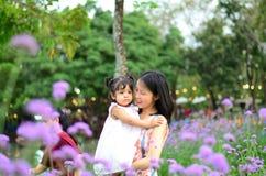 Retrato da menina da criança da filha do bebê no festival da flor de Banguecoque Tailândia Ásia do parque do rei Rama IX imagens de stock