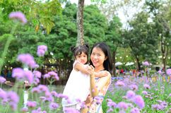 Retrato da menina da criança da filha do bebê no festival da flor de Banguecoque Tailândia Ásia do parque do rei Rama IX foto de stock