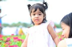 Retrato da menina da criança da filha do bebê no festival da flor de Banguecoque Tailândia Ásia do parque do rei Rama IX imagem de stock royalty free