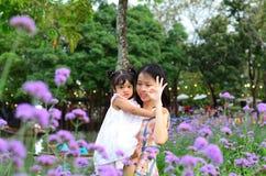 Retrato da menina da criança da filha do bebê no festival da flor de Banguecoque Tailândia Ásia do parque do rei Rama IX fotografia de stock royalty free