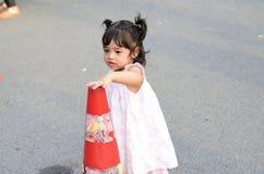 Retrato da menina da criança da filha do bebê no festival da flor de Banguecoque Tailândia Ásia do parque do rei Rama IX foto de stock royalty free