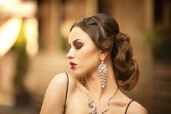 Retrato da menina da cidade Árvore no campo Fotos de Stock Royalty Free