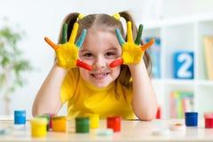Retrato da menina da criança com a cara e as mãos pintadas Foto de Stock Royalty Free