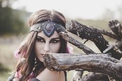 Retrato da menina de Boho que espreita através dos ramos quebrados secos Imagem de Stock Royalty Free