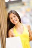 Retrato da menina de compra com sacos de compras fora Fotografia de Stock Royalty Free