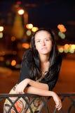 Retrato da menina de encontro à cidade da noite Fotografia de Stock Royalty Free