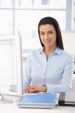 Retrato da menina de escritório feliz Imagem de Stock Royalty Free