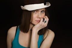 Retrato da menina de olhos azuis nova no chapéu branco Fotografia de Stock