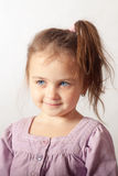 Retrato da menina de olhos azuis pequena Fotografia de Stock