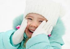 Retrato da menina de riso bonito no dia de inverno imagens de stock royalty free