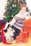 Retrato da menina de sorriso com as caixas de presente do cão e do Natal Fotos de Stock Royalty Free