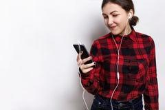 Retrato da menina de sorriso do estudante que escuta atentamente o audiobook ao preparar-se aos exames na universidade Adolescent foto de stock royalty free