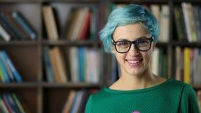 Retrato da menina de sorriso do moderno nos monóculos video estoque