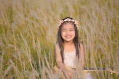 Retrato da menina de sorriso feliz bonita ao prado na natureza no dia ensolarado imagem de stock