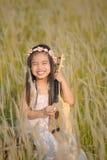 Retrato da menina de sorriso feliz bonita ao prado na natureza no dia ensolarado fotos de stock royalty free