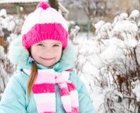 Retrato da menina de sorriso no dia de inverno fotos de stock royalty free