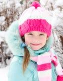 Retrato da menina de sorriso no inverno foto de stock royalty free