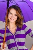 Retrato da menina de sorriso sob um guarda-chuva imagens de stock