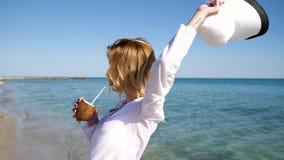 Retrato da menina delgada, resto do verão na margem, fêmea bonita na praia video estoque
