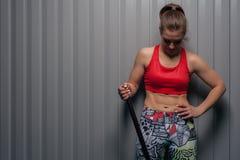 Retrato da menina desportiva do ajuste que olha para baixo fotos de stock