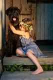 Retrato da menina do beautifull e de seu cão preto. Fotografia de Stock Royalty Free