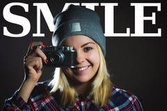 Retrato da menina do moderno que toma a imagem com câmera retro Foto de Stock