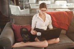 Retrato da menina do negócio em vidros vermelhos Fotos de Stock Royalty Free