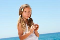 Retrato da menina doce no vestido branco Imagens de Stock Royalty Free