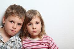 Retrato da menina e do menino pensativos imagem de stock