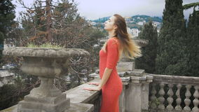 Retrato da menina elegante no vestido vermelho vídeos de arquivo