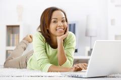 Retrato da menina em casa com portátil imagem de stock royalty free