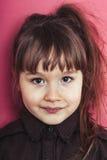 Retrato da menina em um fundo cor-de-rosa Imagens de Stock Royalty Free