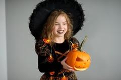 Retrato da menina em um terno para Dia das Bruxas Fotografia de Stock Royalty Free