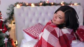 Retrato da menina em uma árvore de Natal próxima geral filme