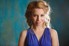 Retrato da menina encantador com cabelo louro e olhos azuis grossos dentro Fotografia de Stock