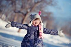 Retrato da menina encantadora na madeira do inverno Foto de Stock