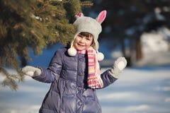 Retrato da menina encantadora na madeira do inverno Foto de Stock Royalty Free