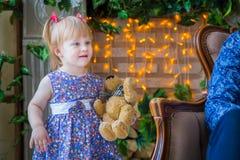 Retrato da menina engraçada em casa fotografia de stock