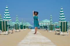 Retrato da menina ereta no chapéu no trajeto do beira-mar imagens de stock royalty free