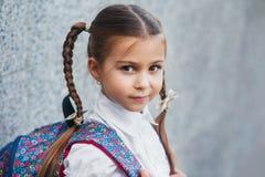 Retrato da menina da escola com a trouxa após a escola Começo das lições Primeiro dia da queda fotografia de stock