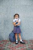 Retrato da menina da escola com a trouxa após a escola Começo das lições Primeiro dia da queda foto de stock