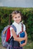 Retrato da menina da escola com a trouxa após a escola Começo das lições Primeiro dia da queda fotografia de stock royalty free