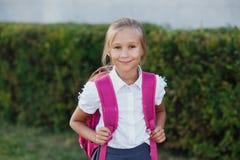 Retrato da menina da escola com a trouxa após a escola Começo das lições Primeiro dia da queda foto de stock royalty free