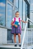 Retrato da menina da escola com a trouxa após a escola Começo das lições Primeiro dia da queda fotos de stock