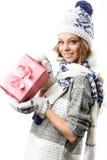 Retrato da menina feliz bonita no chapéu e nos mitenes da camiseta com as caixas de presentes do Natal Fotografia de Stock