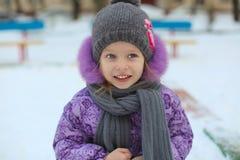Retrato da menina feliz bonito pequena que tem o divertimento dentro Foto de Stock