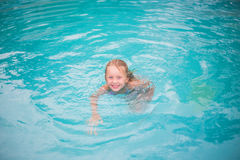 Retrato da menina feliz bonito que tem o divertimento na piscina Esporte dos miúdos em férias de verão da família Feriado saudáve Fotos de Stock Royalty Free