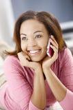 Retrato da menina feliz com telemóvel imagem de stock